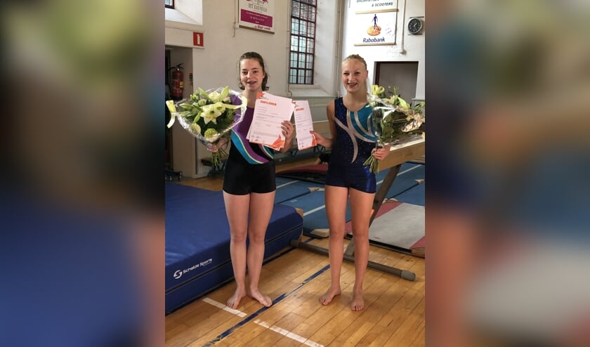 Silke Kornegoor (l.) en Ilse Heebink van DOG Baak hebben hun diploma Gymnastiek Assistent Niveau 1 op zak. Foto: Suzan van der Stap