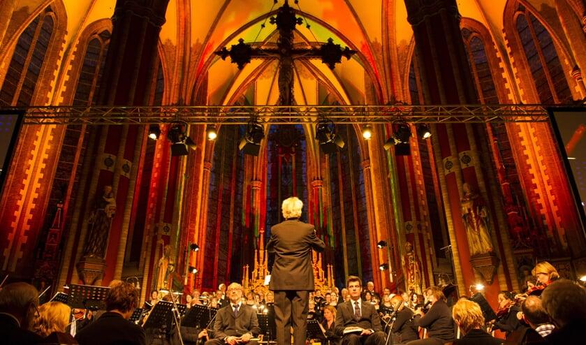 Het interieur van de Werenfriduskerk wordt fraai uitgelicht tijdens het concert. Foto: PR