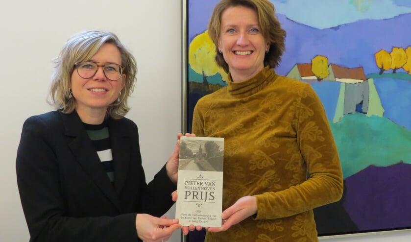 Petra Heusschen (links) en Rianka Habraken met de plaquette van de Pieter van Vollenhovenprijs. Foto: Josée Gruwel