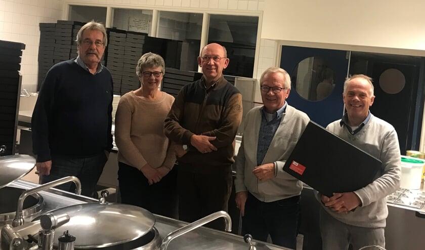 Het bestuur van De Helpende Hand in de keuken van de Antoniushove.