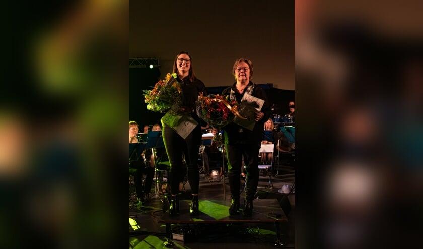 Jubilarissen Mette Westerink (12,5 jaar lid) en Liesbeth Spaansen (40 jaar lid). Foto: Stein Oukes
