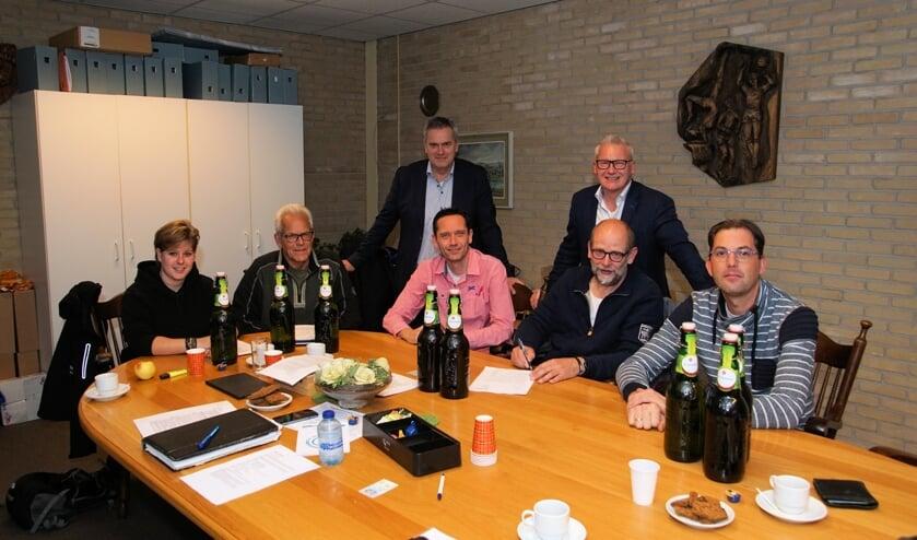 Van links af zittend Eline Massop, Theo Aaldering, Tom Woeltjes, Henk Rijks en Roy van Dijk Van FC Dinxperlo en staand Alex Evenhuis (Grolsch) en Edwin Bruntink (De Klok Dranken). Foto: Frank Vinkenvleugel
