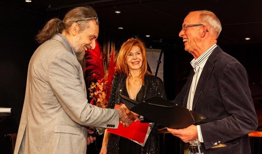 Herman van den Broek wordt gefeliciteerd door Josef Rojko, galeriehouder van ART INNOVATION. Tussen hen in Johanna Penz, directeur van de kunstbeurs ART Innsbruck en voorzitter van de vakjury. Foto: PR