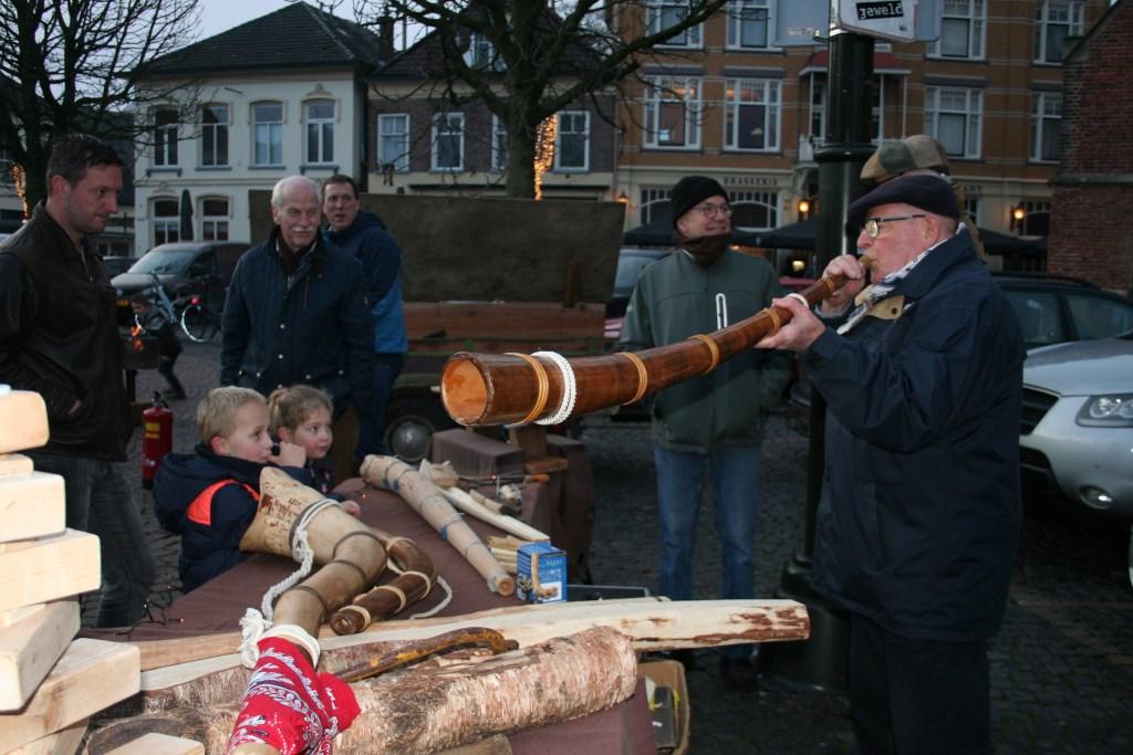 Belangstellenden kunnen zien hoe een hoorn gemaakt wordt. Foto: Verona Westera  © Achterhoek Nieuws b.v.