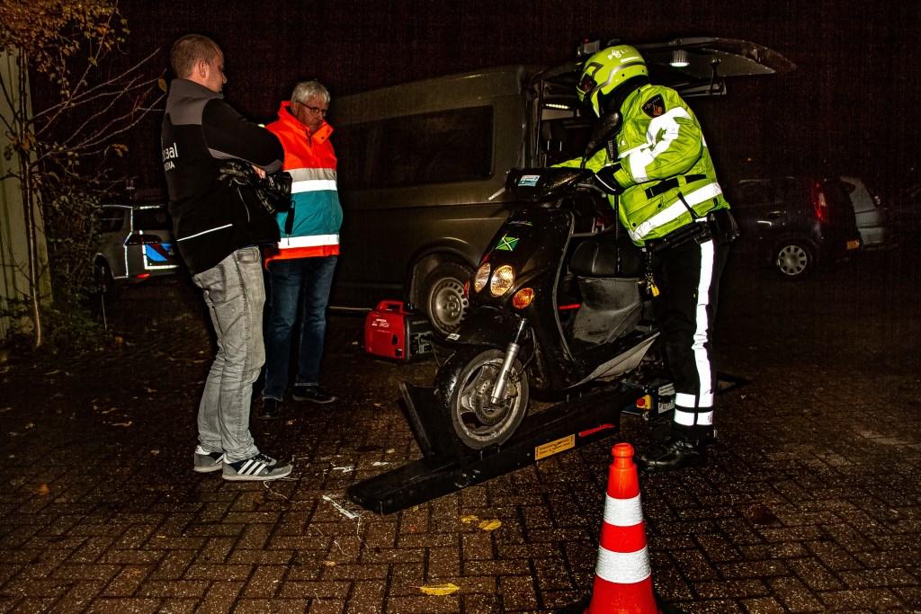 Verlichtingscontrole, georganiseerd door Veilig Verkeer Nederland, afdeling Bronckhorst. Foto: Liesbeth Spaansen  © Achterhoek Nieuws b.v.