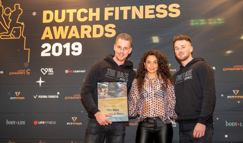 Ramon Spekschoor (l) en Niek Elshof ontvangen de award voor fitnessclub van het jaar in de gemeente Zutphen van fitnessgoeroe Faya. Foto: Erik Peek Fotografie