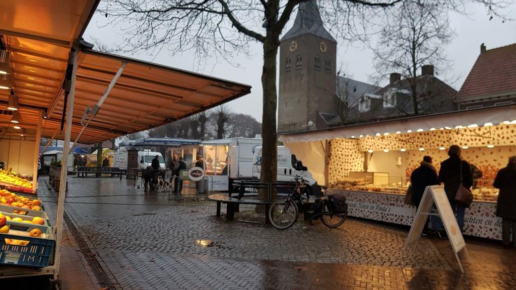 Ook op een druilerige vrijdagmiddag zijn de standhouders op de weekmarkt aanwezig met hun waar en komen hun klanten, weer of geen weer. Foto: Alice Rouwhorst  © Achterhoek Nieuws b.v.