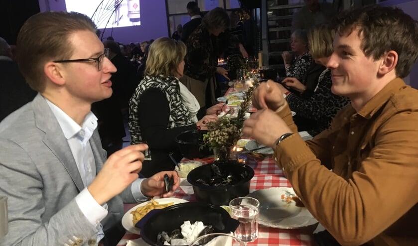 Mosselen eten tijdens de eerste Mosselparty van Lions Bronckhorst. Foto: Anne Pera