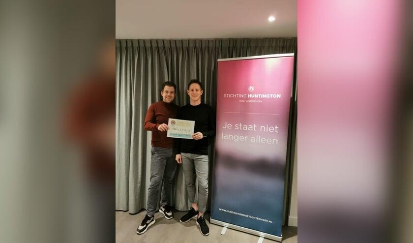 Thijs Winkel overhandigt de cheque aan Lars Krabbenborg. Foto: PR