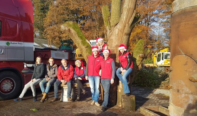 Danique Beeftink, Marthijn Beeftink en Gerrit Beeftink en de kerstcommissie, bestaand uit Irene Burger, Marco Helmink, Karin Krijt-Garritsen, Eddy Klein Brinke en Marianne Weulen Kranenbarg. Foto: PR