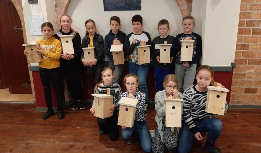 Groep 7 van de Sint Bernardusschool met hun mezenkastjes. Foto: Fons Stapelbroek