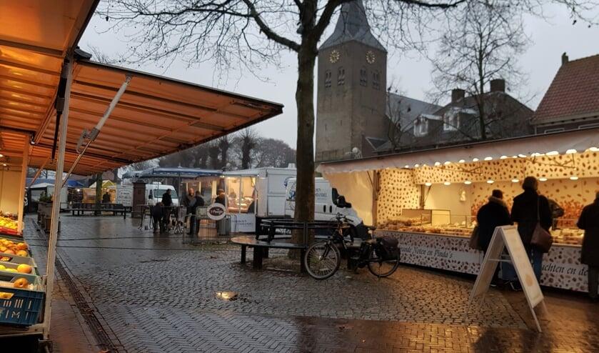 Ook op een druilerige vrijdagmiddag zijn de standhouders op de weekmarkt aanwezig met hun waar en komen hun klanten, weer of geen weer. Foto: Alice Rouwhorst