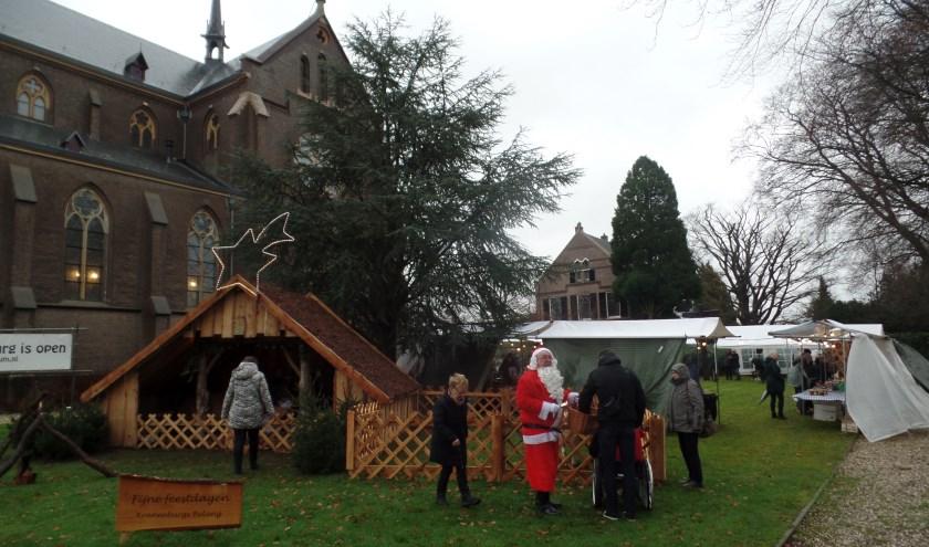 Natuurlijk ontbraken de kerststal en de kerstman niet op de Kranenburgse Kerstfair. Foto: Jan Hendriksen,