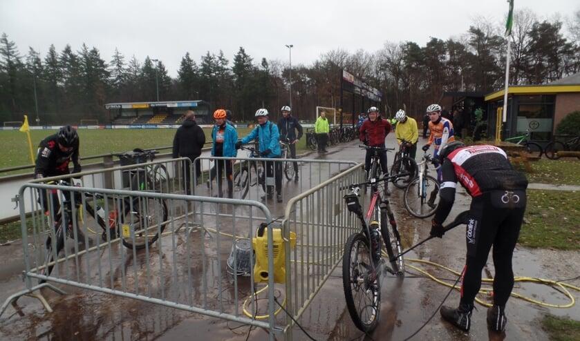 Na de tocht was het hard nodig om de fiets af te spuiten gezien de toch wel modderige ondergrond. Foto: Jan Hendriksen.