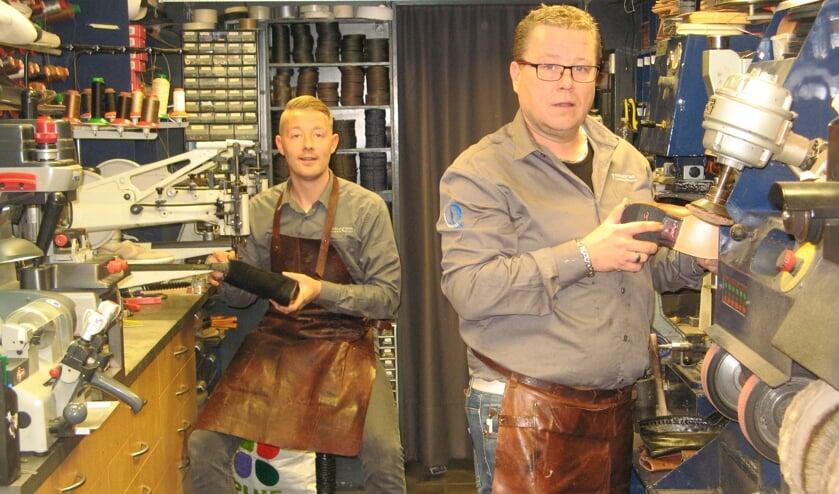 Benno Koldeweij (rechts) en zijn collega Mart Meeusen in de werkruimte van Rouwmaat Combi. Foto: Bart Kraan