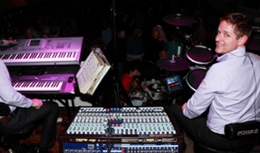 Kees en Erich van der Velden treden als muziekformatie Jersey op tijdens de dansavond bij 't Zwaantje.