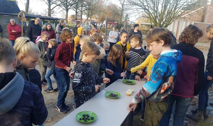 Op het plein 'renden de kinderen zich rot' met én voor fruit. Foto: L. Schuurman