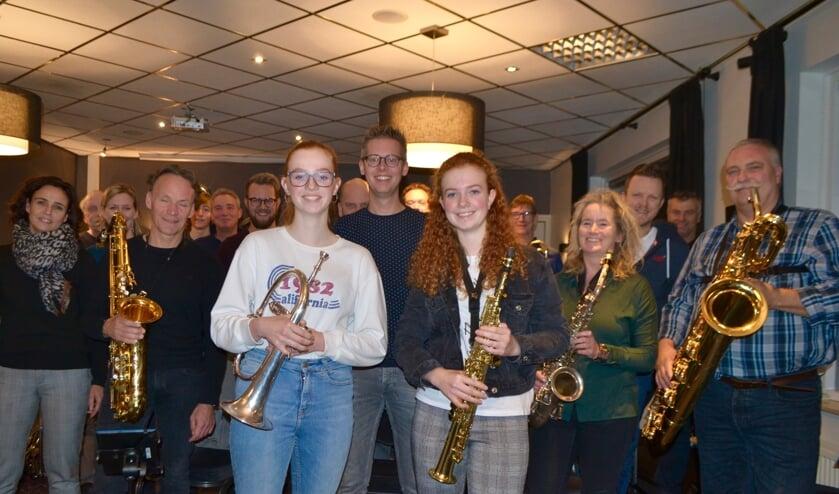 Caya (met witte trui) en Loïs voor het Back Corner Collective met achter hen dirigent Bas Konings (midden). Foto: Leander Grooten