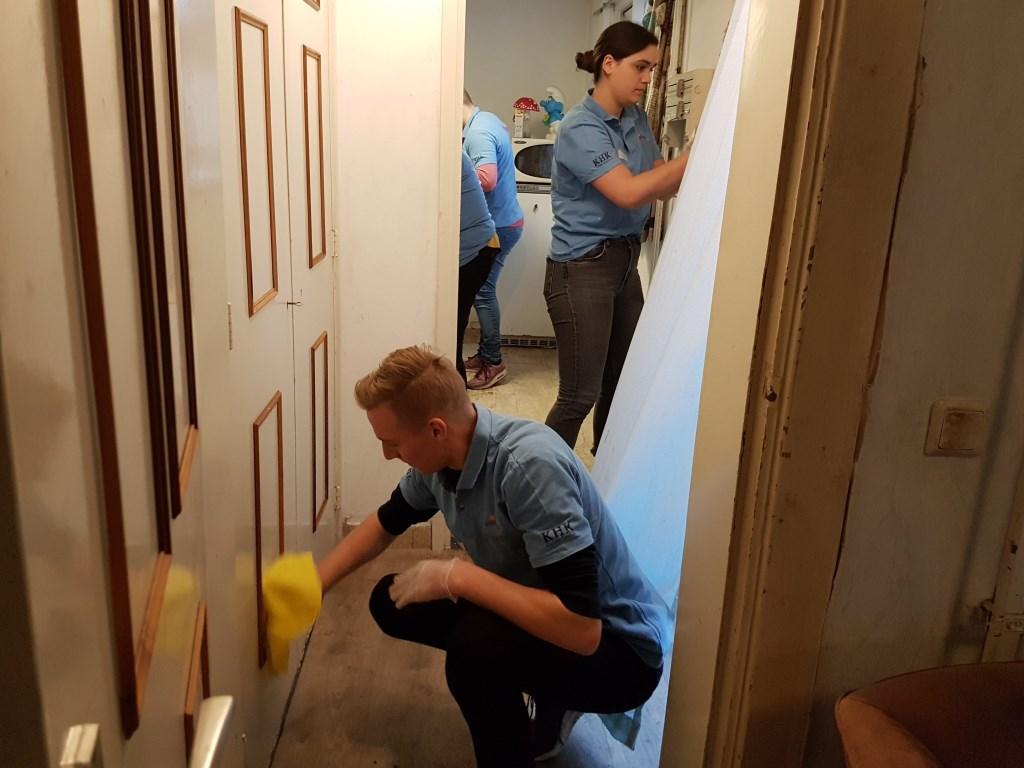 Kasten, deuren, ramen, vloer alles krijgt een grote schoonmaakbeurt Foto: Present Winterswijk © Achterhoek Nieuws b.v.