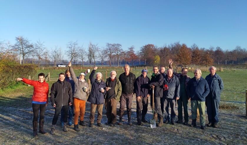 Door leden van Vereniging Bomenbelang Bronckhorst en andere belangstellenden werden 320 boompjes geplant in Hengelo. Foto: Feikje Breimer
