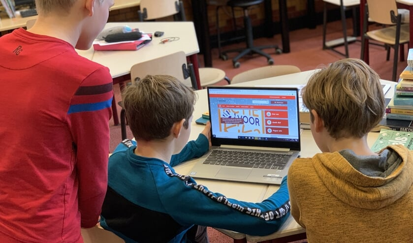 Leerlingen aan het werk met de webshop.