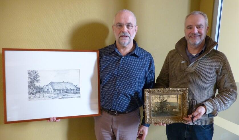 De broers Wentink met afbeeldingen van het verdwenen Tieltjeshuus. Foto: Bernhard Harfsterkamp