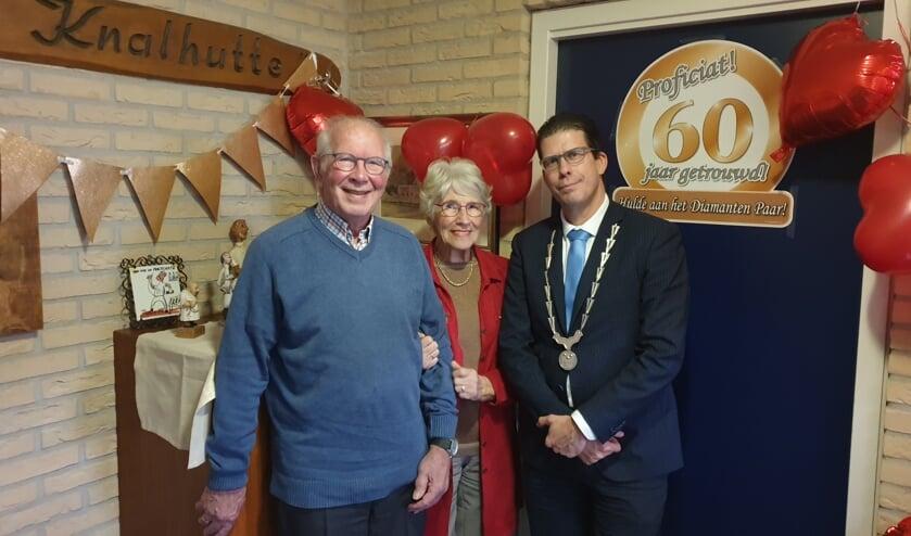 Burgemeester Joost van Oostrum van Berkelland samen met Hans en Janny Eil.  Foto: PR.