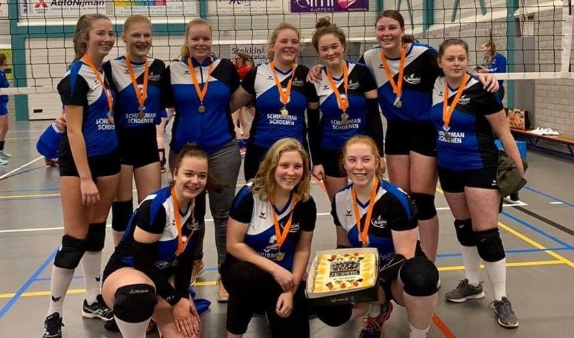 Het meisjes A1-team van Gemini, met de kampioenstaart. Foto: PR