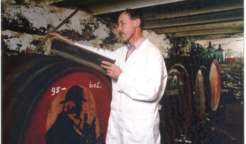 De laatste eigenaar/directeur van Van Perlstein, Rein van Gent, in de weer op zijn zolder met het vinden van de juiste melanges. Een zolder, die een schatkamer was met kruiden en distillaten. Foto: familie Van Gent