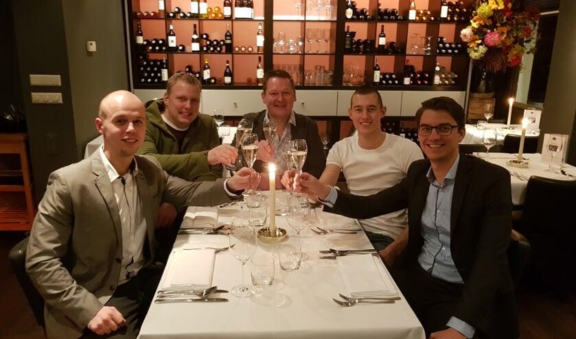 : V.l.n.r. De organisatoren Mitch Frerichs, Max Waaijman, Roy Stammers, Stephan Luiten, Jaap Wansink proosten alvast op 2020! Foto: Han van de Laar