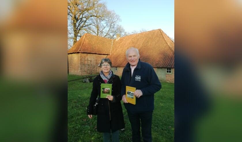 Marianne en Hendrik Weenink met hun nieuwe bundel ''n Huus vol starke Verhalen en 'Vedan met Verhalen'die het Barchemse echtpaar drie jaar geleden uitgaven. Foto: PR.