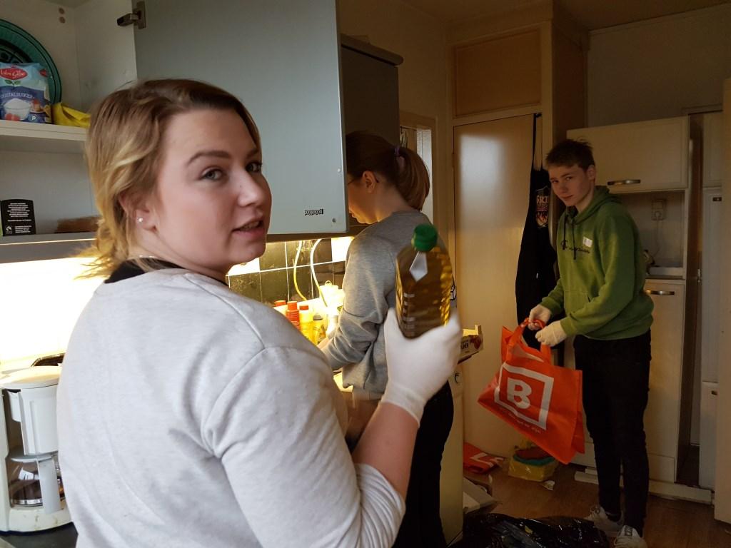 De Graafschapstudenten maken de keuken van een alleenstaande man schoon Foto: Present Winterswijk © Achterhoek Nieuws b.v.