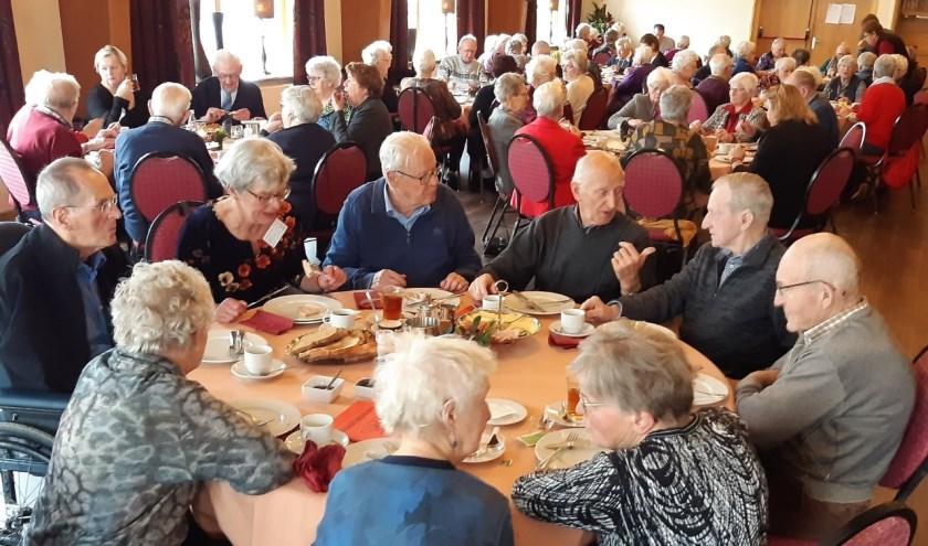 Een gezellige middag in kerstsfeer met geanimeerde gesprekken. Foto: Jos Lohuis
