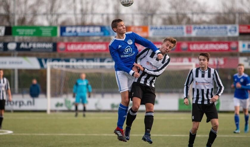 Grolspeler Roel Bruins in duel met Kjell Huisman van De Tukkers.