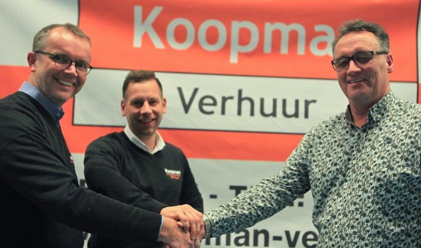 Harold Koopman en Michel Drieses bevestigen middels een handdruk de samenwerking met KV Wiko.  Foto: Stephan Laarhuis