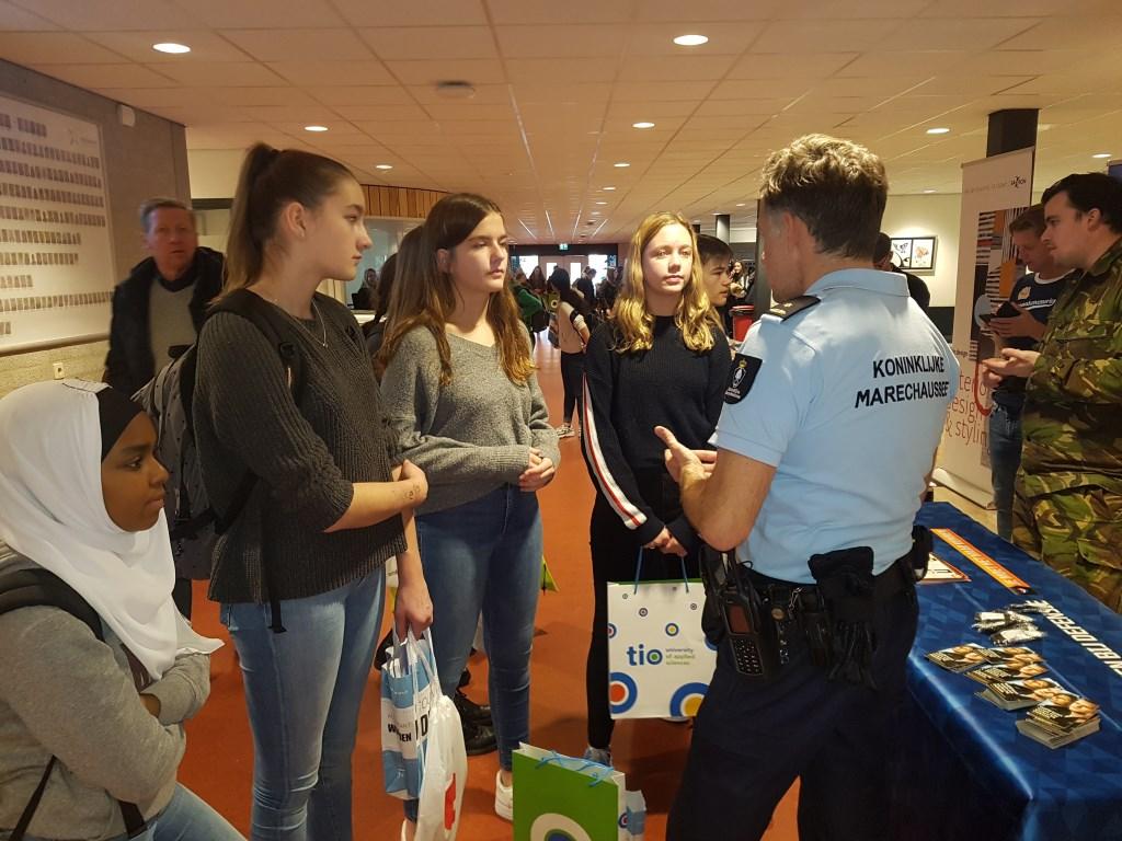 Ook Defensie was aanwezig om uitleg te geven over de toekomstmogelijkheden. Foto: Kyra Broshuis  © Achterhoek Nieuws b.v.