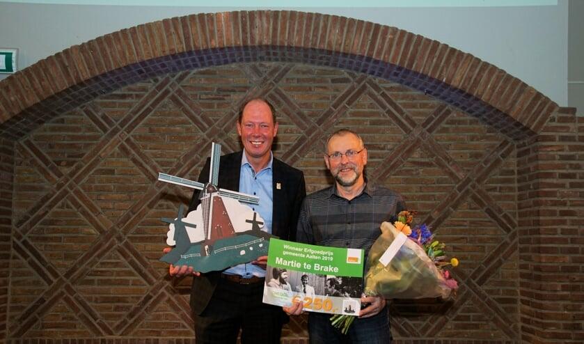 <p>Molenaar Te Brake kreeg de Erfgoedprijs in 2019 overhandigd door wethouder Kok. Foto: Frank Vinkenvleugel</p>