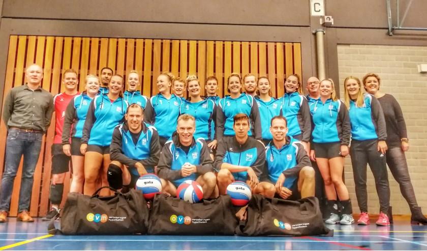 De spelers van Elite/Dynamo, geflankeerd door Sean Pots en Ilse Hulstijn namens OWM. Foto: PR