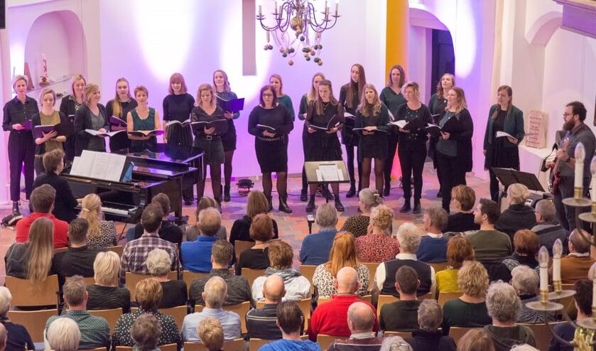 De projectgroep zong niet alleen met tweeëntwintig vrouwen tegelijk, maar wisselde in het programma af met zang in kleinere groepjes. Foto: Heike Kok.
