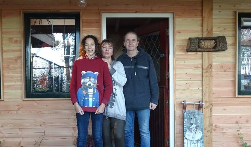 Shakib, Petra  en Toon Lesterade bij het nieuwe ontvangst- en educatiecentrum van Stichting Opvang Noach. Foto: PR