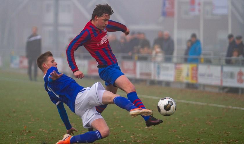 Goede verdedigende actie van Grol-speler Ramon Landewers. Foto: Marcel Houwer/Streekgids.nl