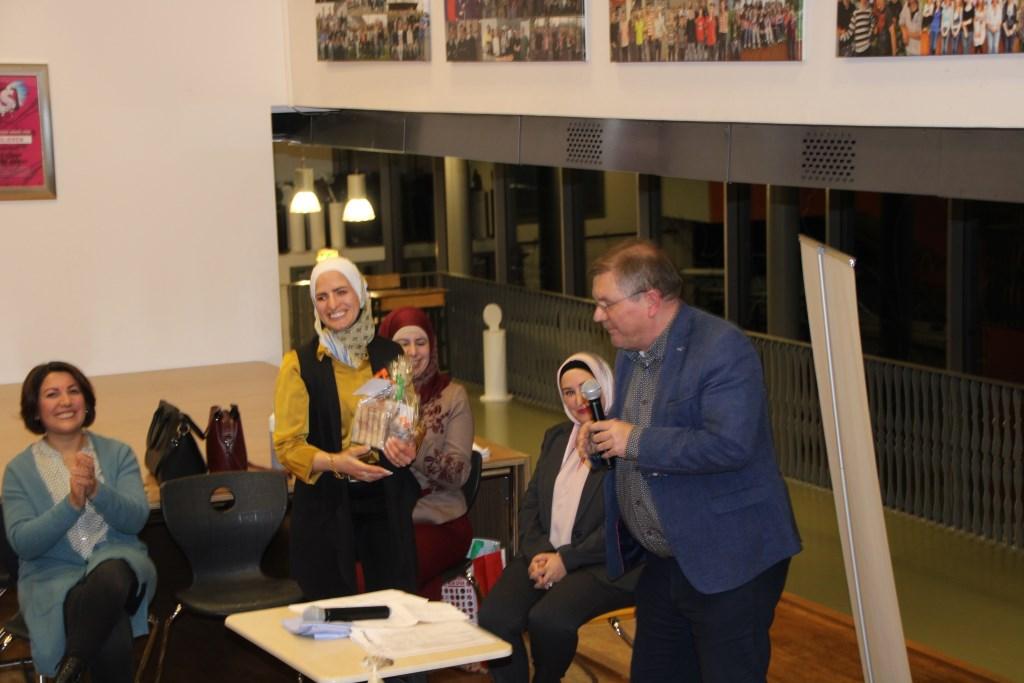 Joop Wikkerink heeft een pakketje overhandigd aan Ghaidaa Gherra. Foto: Lydia ter Welle  © Achterhoek Nieuws b.v.
