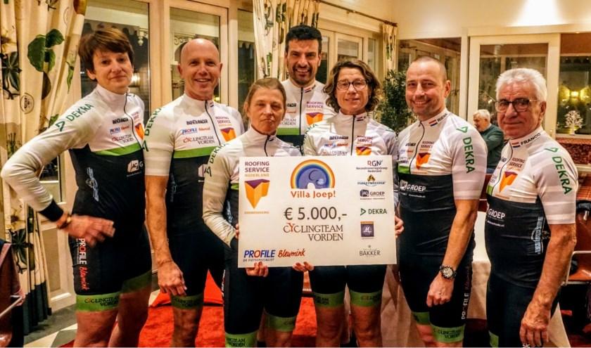 Het cyclingteam Vorden reikt cheque uit aan Villa Joep. Foto: PR