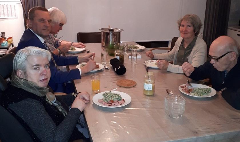Burgemeester Stapelkamp en zijn vrouw genieten van een boerenkoolmaaltijd. Foto: Rianke Tolkamp.