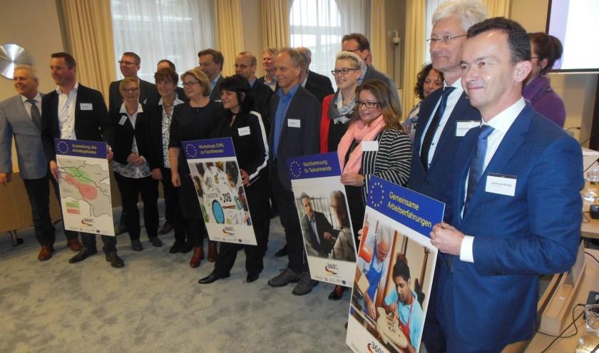 Vertegenwoordigers van de betrokken gemeenten in zowel Nederland als Duitsland geven in 's-Heerenberg het startsein voor het arbeidsproject Perspectief 360°. Foto: Eric Klop