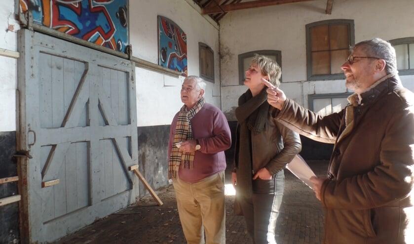 Frank van Setten (r) en Jacqueline Tomey van Stichting Poort van Bronckhorst samen met Nico van Goethem in de voormalige goederenloods van het stationsgebouw. Foto: Jan Hendriksen.