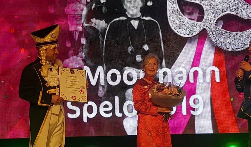 Anne Marie Broshuis ontvangt de Jo Moormann Speld. Foto: Achterhoek Nieuws