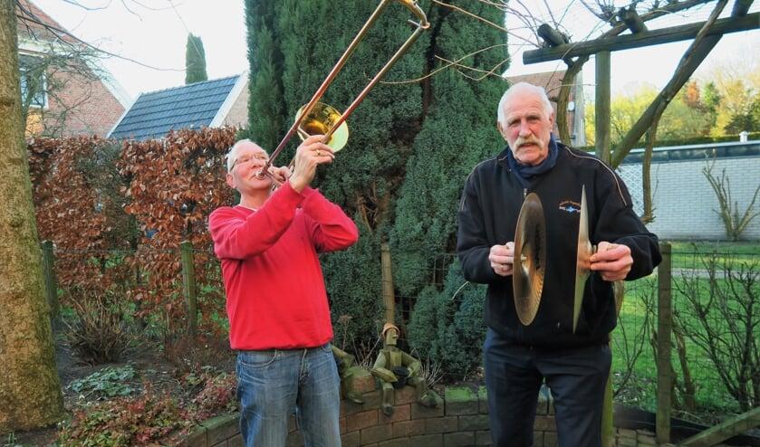 Toon ten Brincke (rechts) 50 jaar lid van De Knolle en Fons Walterbos (links) 48 jaar lid van De Knolle. Foto: Theo Huijskes