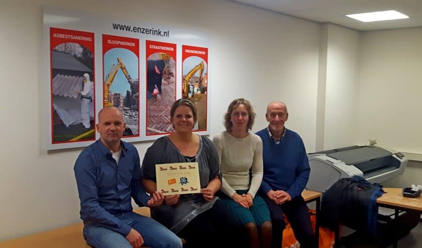Uitreiking van eenchequemet Richard Enzerink, Ester Bloemendaal-Lubbers, Sindy Davidse-Lubbers en Henk Lubbers. Foto: Gerrit Meenink