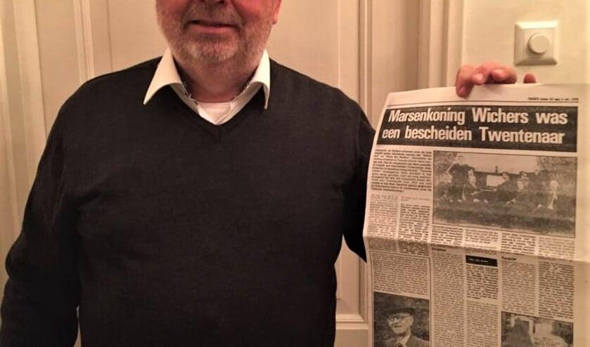Rob Soer, met een krantenartikel over zijn overgrootvader. Foto: Henri Walterbos